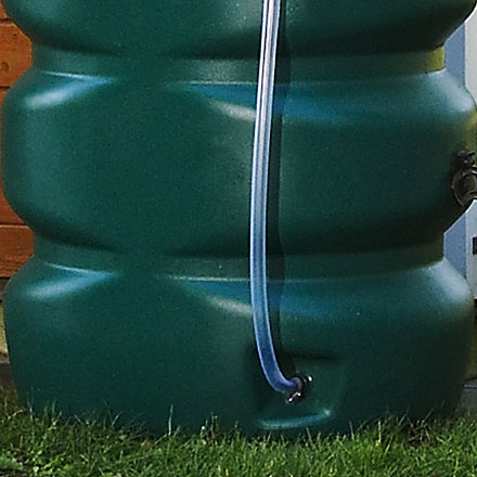 Detalle de depósito de agua para jardines