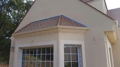instalación de canalon de aluminio sobre varios tejados