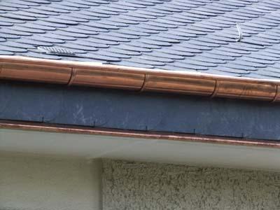 instalación de canalón de cobre en tejado de pizarra