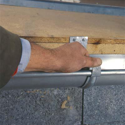 Detalle de fijaciones de canalones de zinc