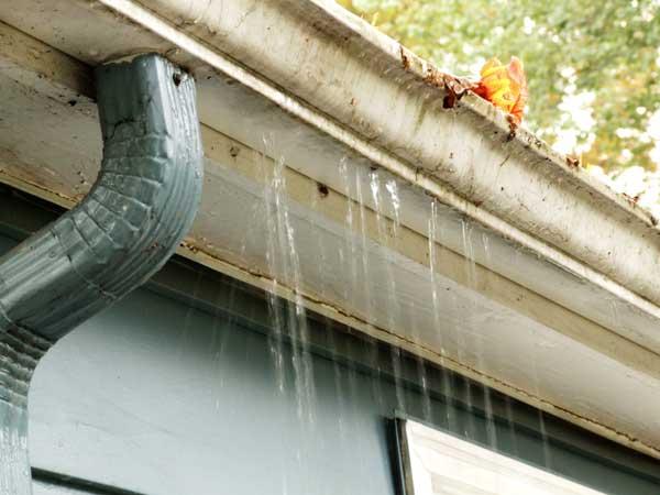 agujeros en canalones que pierden agua