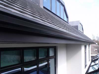 detalle de instalación de canalon de aluminio sobre tejado de pizarra
