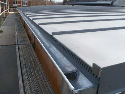 Vista superior de instalación de canalones de zinc