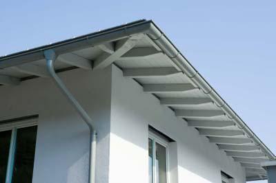 Detalle de canalones de zinc en tejado