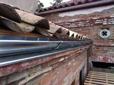Obra de instalación de canalones de zinc