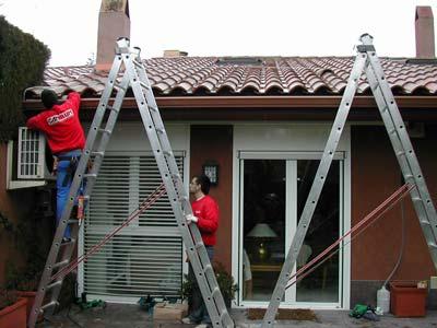 instaladores de canales pluviales trabajando en vivienda