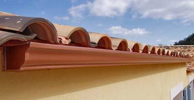 canalon de aluminio en tejado de teja