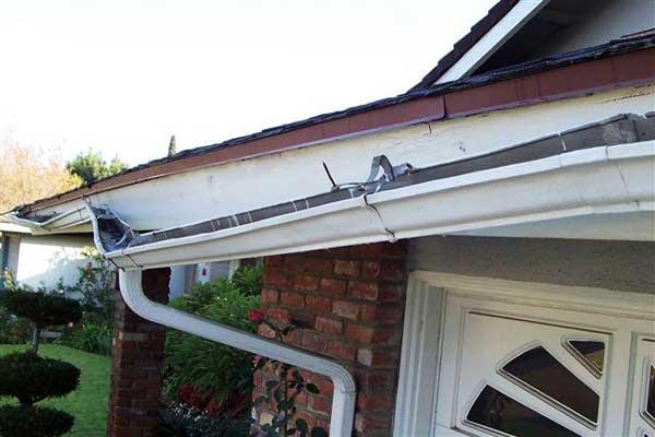 desprendimiento y rotura de canalones en vivienda
