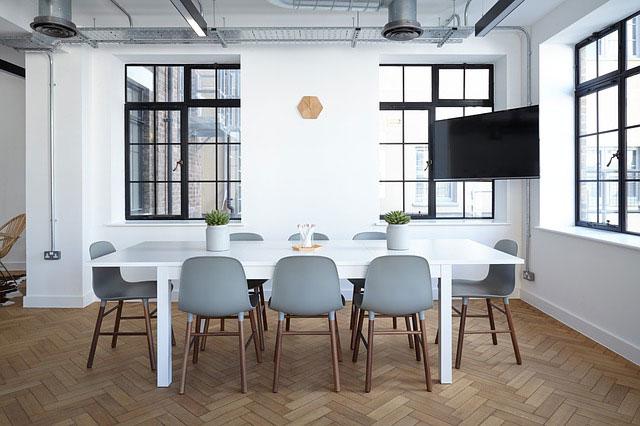 Salon reformado estilo moderno