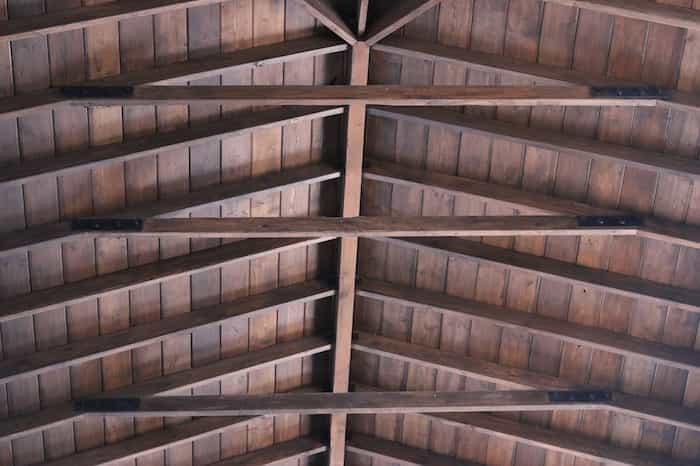 Techo de vigas de madera para el garaje