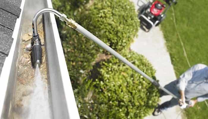 Limpieza de los canalones pluviales con una pistola a presión