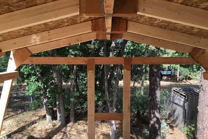 Realizar la instalación de canales pluviales en las pérgolas