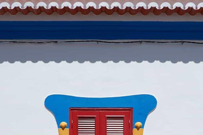 Canaletas pluviales de una fachada pintadas