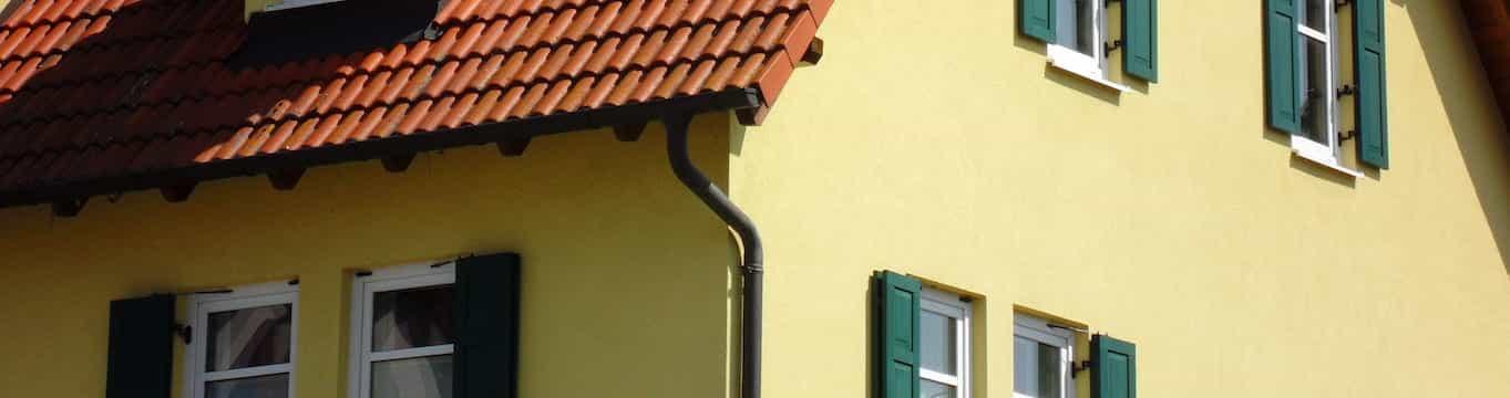 Vivienda con una instalación de canalones y sus complementos imprescindibles