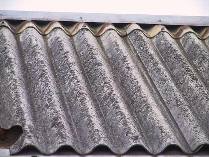 Presencia de amianto en el tejado y los canalones de una vivienda