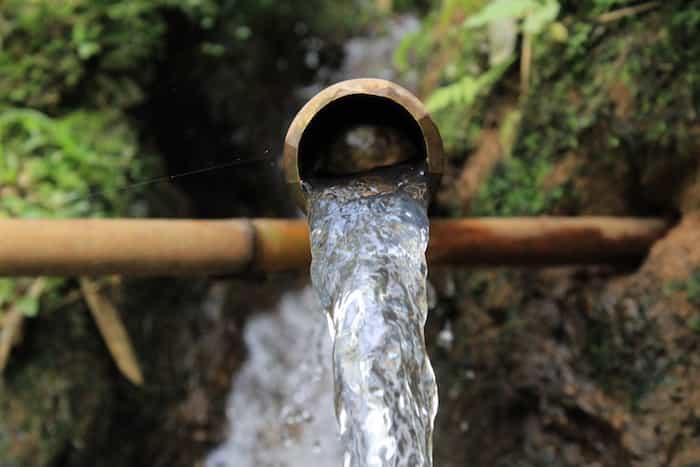 Canalón realizado con caña de bambú