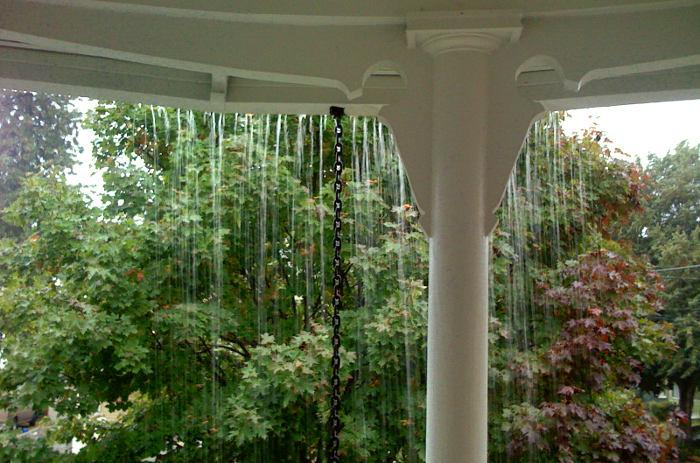 Canalones evacuando el agua de lluvia que se desborda