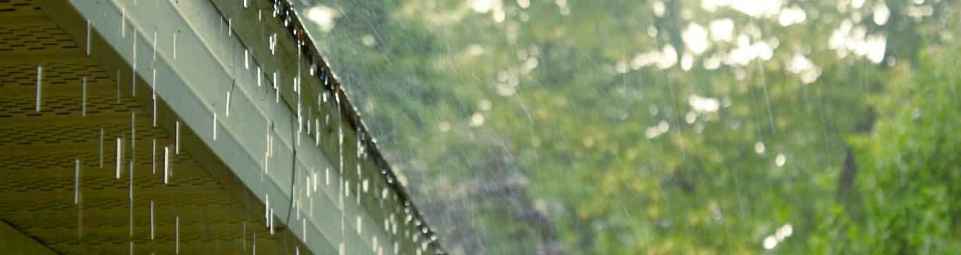 Canalón desbordado por la lluvia
