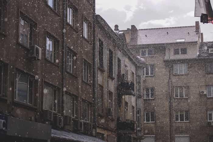 Edificios con canalones y bajantes pluviales