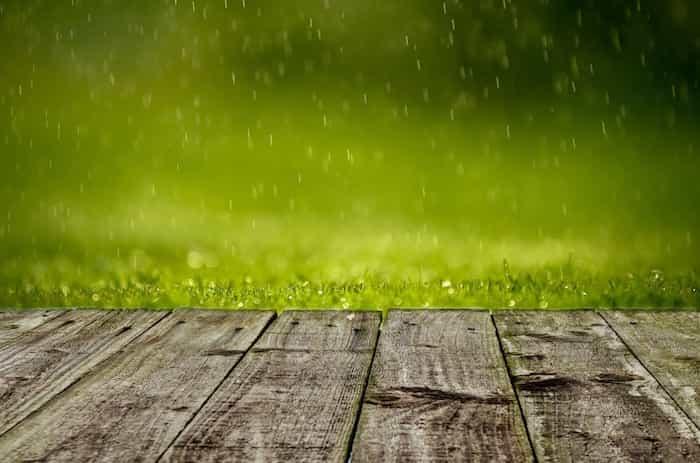 LLuvia sobre una estructuta de madera sin canalizar