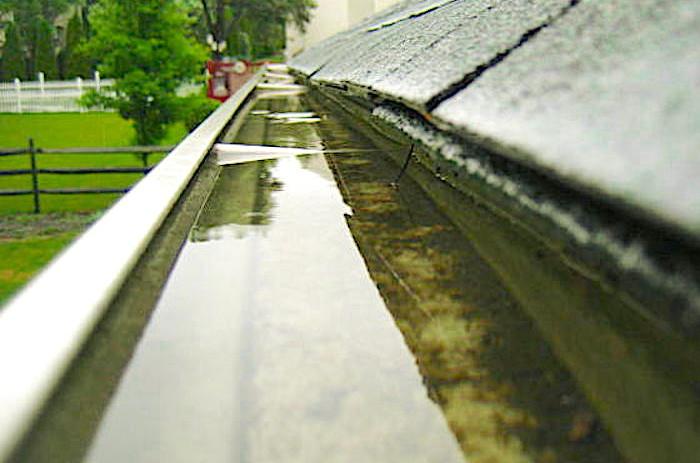 Agua que está estancanda en una canaleta de recogida de agua de lluvia