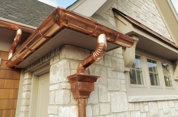 Canalones instalados para evacuar el agua del tejado correctamente