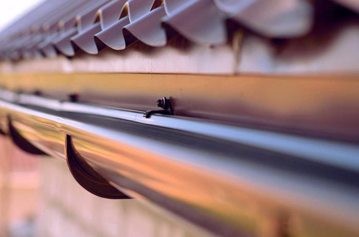 Canalón de aluminio con enganche a las tejas