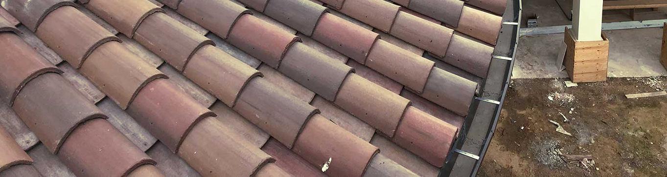 Sistema de canalones enganchados a las tejas