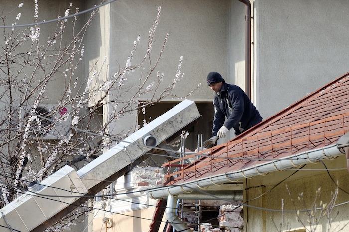 Instalador de canalones y conductos pluviales teniendo en cuenta las medidas básicas de seguridad