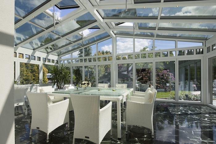 Salón con techo de cristal y con un sistema de canalización pluvial