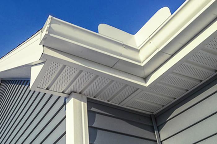 Sistema de canalización pluvial en lateral de fachadas