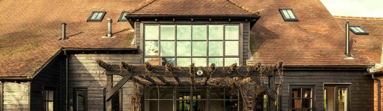 Sistema de canalones para una casa rústica