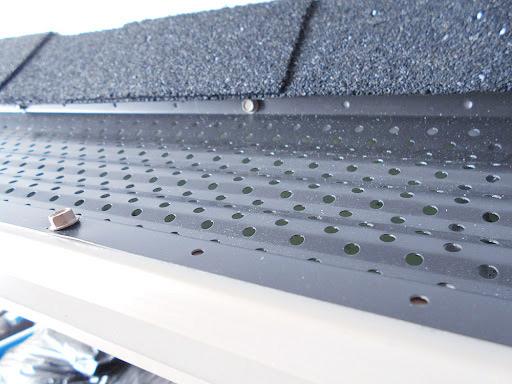 Instalación de rejillas antiatascos en los canalones pluviales